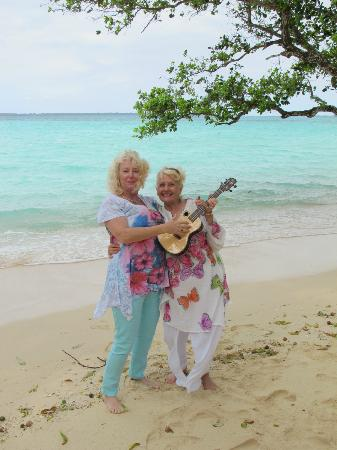Moyyan House by the Sea: Ukulele ladies on the beautiful beach