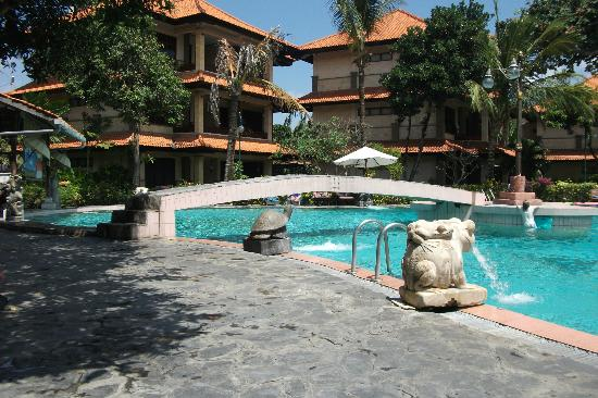 Melasti Legian Beach Resort & Spa: Poolside