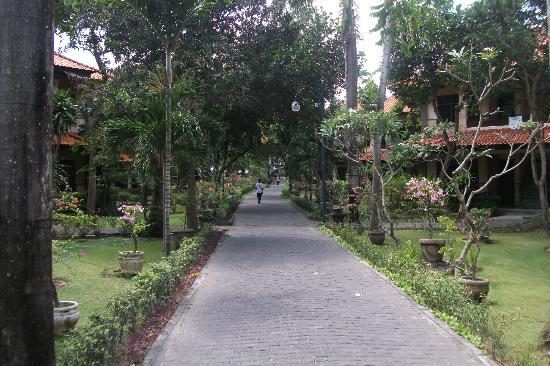 Melasti Legian Beach Resort & Spa: The flat walking path that links the resort.