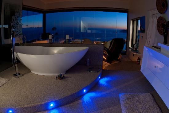 Phoenix Guest House - Wilderness : White room bath view!