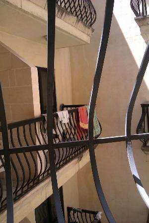 Bella Vista Hotel: Vista desde un pasillo hacia el interior de un patio