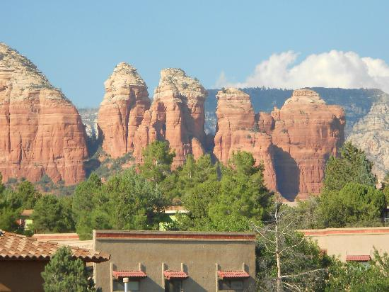 Alma de Sedona Inn Bed & Breakfast: Coffee Pot Mountain from our balcony