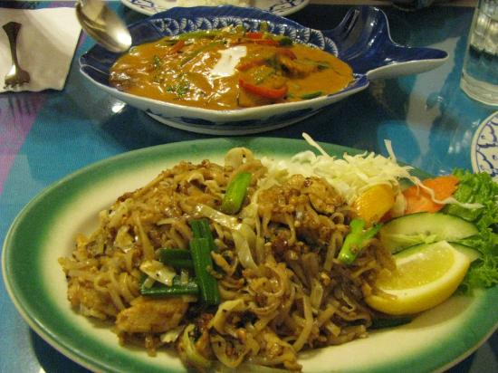 Thai House Restaurant: Thai house - Pad Thai and Halibut in Red Curry sauce