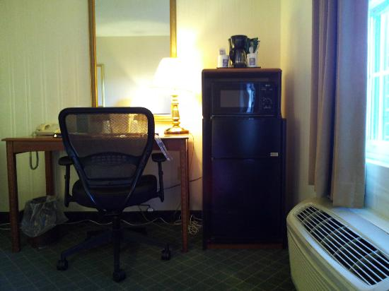 Comfort Inn Auburn-Worcester: desk and refrig