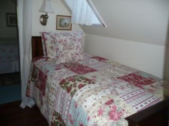 Blue Willow Guest House: Garden Suite Twin Bed