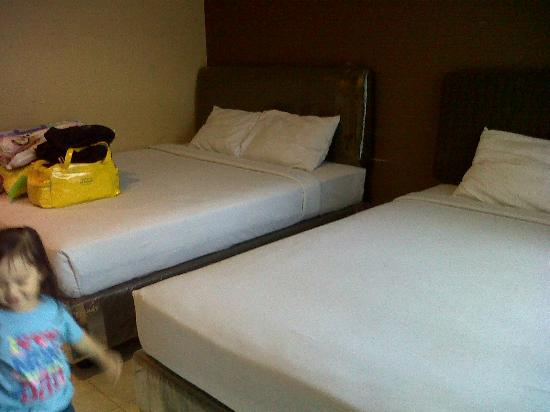 Batu Wonderland Hotel & Resort: Big 2 beds suited for 4 adults