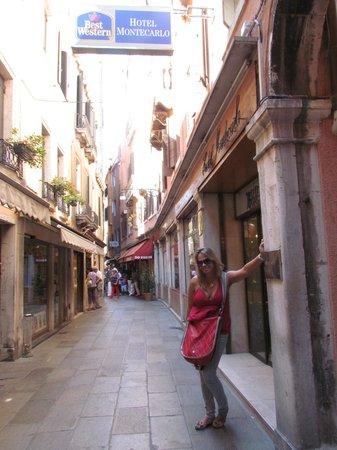 Hotel Montecarlo: Acesso principal (Calle degli specchieri 463...)