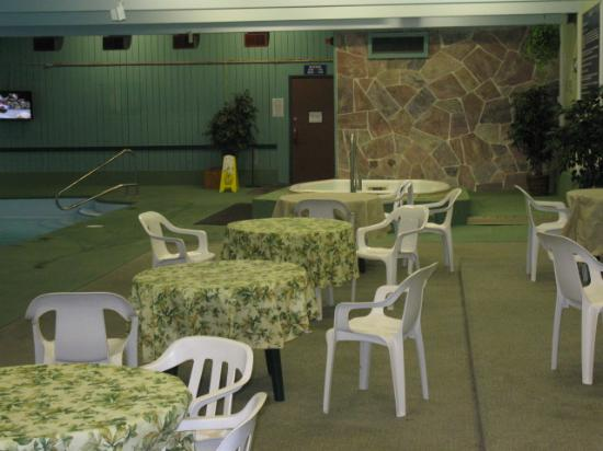 Travelodge Kenora: Pool area seating