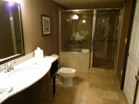 Best Western Plus St. Rose Pkwy/Las Vegas South Hotel: Jacuzzi Suite Bathroom (Jacuzzi is on the left)