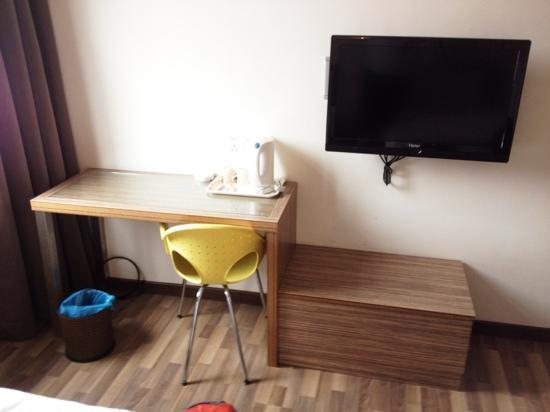 Rest Inn Hotel: TV and small writing table