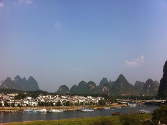 Yangshuo En Attendant Godot Hostel: roof top garden view