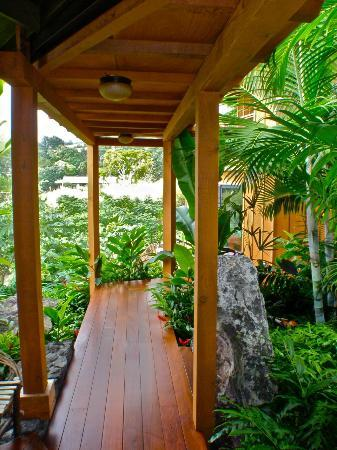 Haleakala Bed and Breakfast: Private Breezeway Access