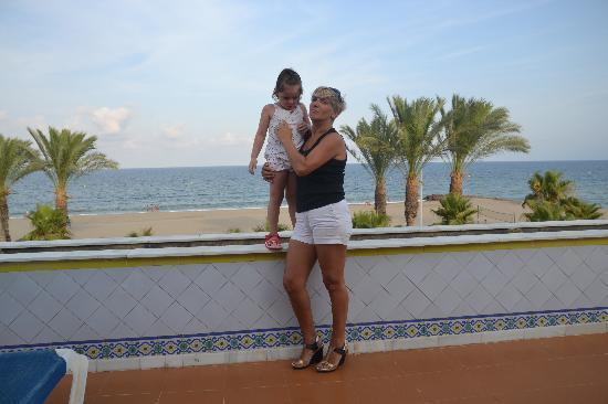 Vera, Ισπανία: Mi nieta y yo en la terraza de uno de los apartamentos