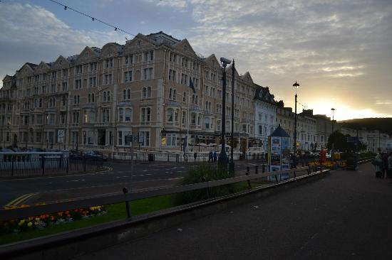 The Imperial Hotel: Hotel as the sun sets behind the Orme