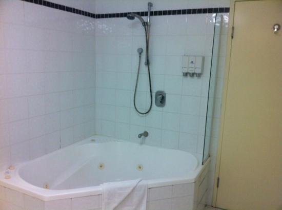 The Landmark Nelson Bay: Spa in the bathroom in room 402