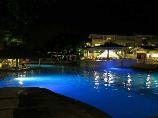 Beaches Ocho Rios Resort & Golf Club: Pool area and swim-up bar