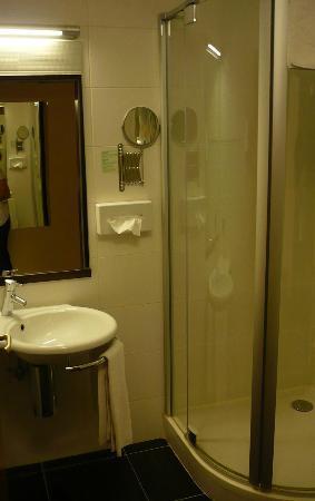 Ambra Hotel: Bagno, semplice e funzionale