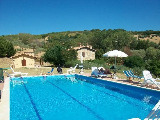Casale Giuncheto: vista casale dalla piscina