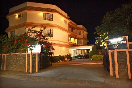 Michael's Inn: Hotel - Night View