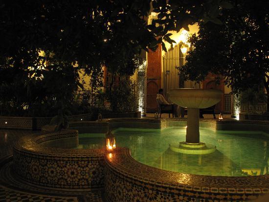 Palais Amani: Fontaine en soirée