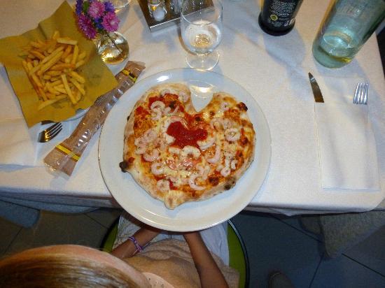 Pizzeria Ristorante alla Rotonda: Heart-shaped pizza