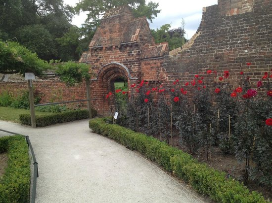 Fulham Palace : entrance to the Walled Garden. The perimeter wall was renovated.