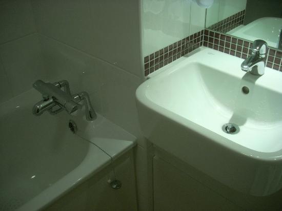 Premier Inn London Hanger Lane Hotel: particolari della vasca e del lavandino nuovi e ben puliti