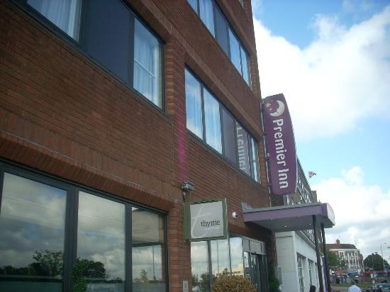 Premier Inn London Hanger Lane Hotel: l'ingresso alla struttura