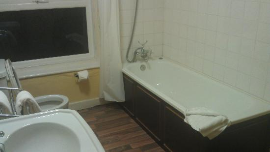 Embassy Hotel: Bathroom