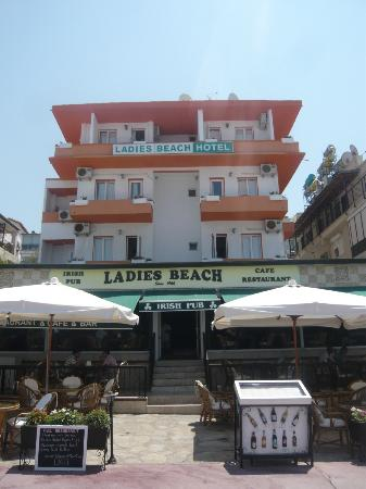 ‪‪Ladies Beach Hotel‬: Hotel view and open air restaurant
