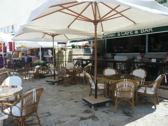 Ladies Beach Hotel: Street level restaurant