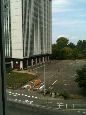 Hôtel Villa d'Est : Vista dalla camera, la palazzina sigillata con i vetri rotti