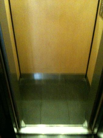 Hôtel Villa d'Est : l'ascensore piccolissimo