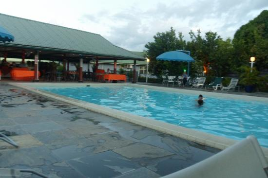 Hotel Residence Inn Paramaribo: Pool and Restaurant