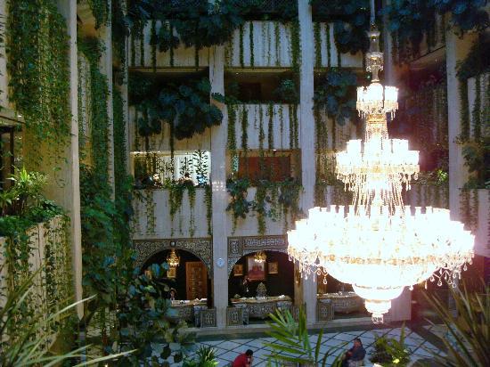 Al Sham Hotel: Очень красивая люстра в холле.