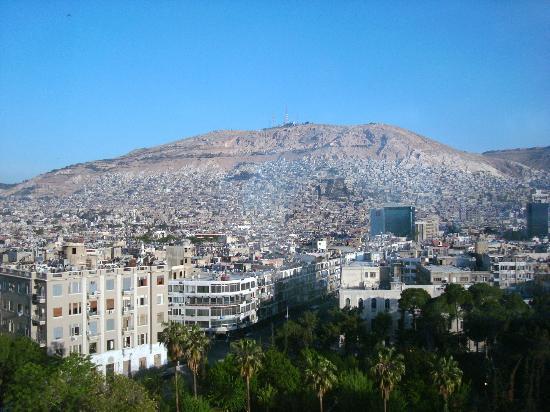 Al Sham Hotel: Вид из номера на гору Касьюн.