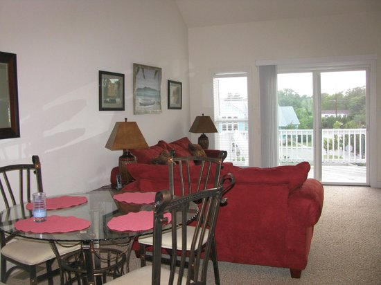Cambridge Cove At Bermuda Bay: top floor living space of our unit, wide spacious kitchen with lots of eating area.