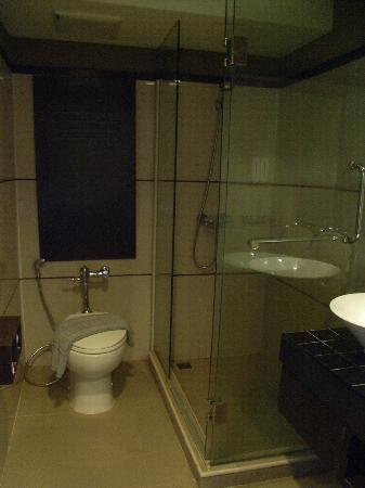 Hotel M Chiang Mai: トイレ、シャワー、洗面所