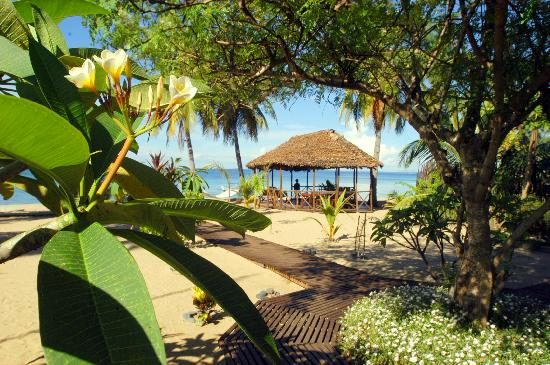 Doany Beach: Le jardin avec la rotonde devant la plage