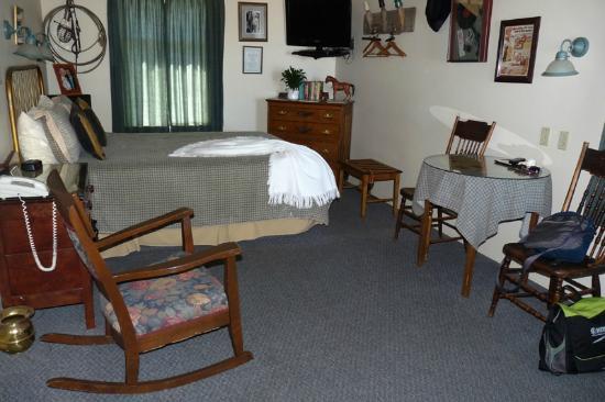 Bluebird Motel: Interior of the room.