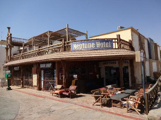 Neptune Hotel: 橋のたもとにあるネプチューンホテル