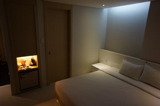 โรงแรมกรีนพีซ: Deluxe room - quite small and with no place to store luggage.