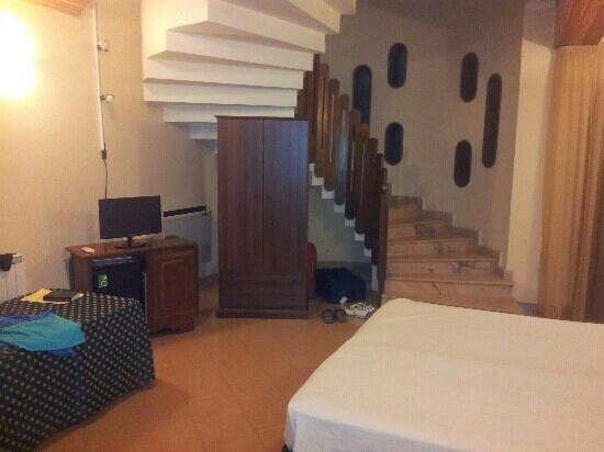 Hotel Lachea: la camera con scala a chiocciola e caminetto
