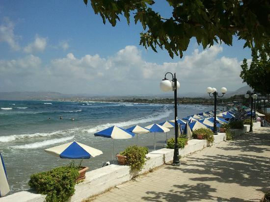 Corissia Beach Hotel: Blick auf den (schmalen) Strandbereich