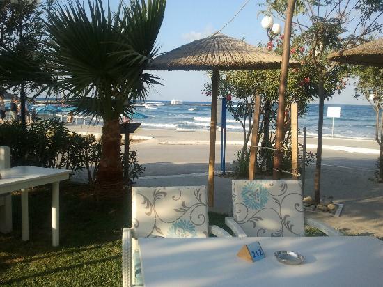 Corissia Beach Hotel: Blick vom Corissia Park / Poolbereich zum Strand