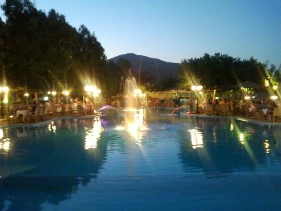 Corissia Beach Hotel: Griechischer Abend am Poolbereich