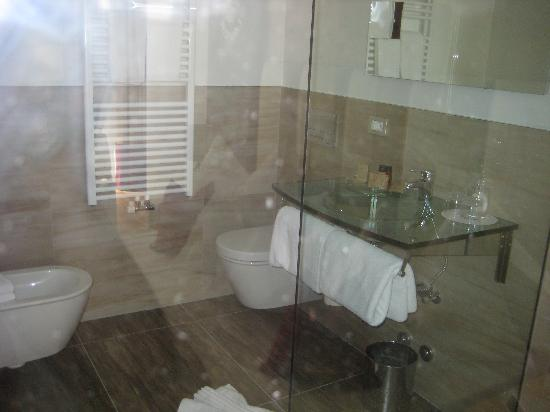 il bagno con la grande doccia a vetri - Picture of Hotel Laurin Small&Charming, Selva di Val ...