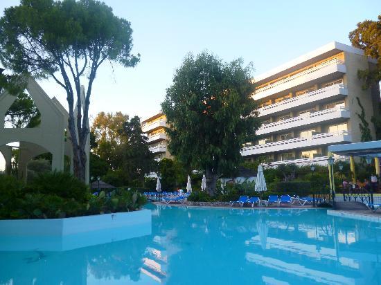 Dionysos Hotel: Hôtel avec chambres donnant sur la piscine