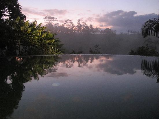 โรงแรมโคมาเนกา แอท ตังกายูดา: amanecer en komaneka