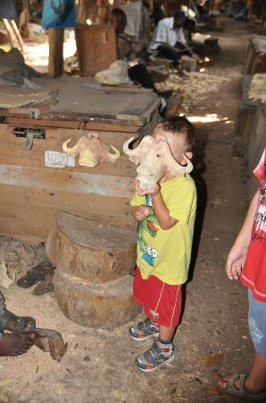Akamba Handicraft : Trying a wildebeest mask
